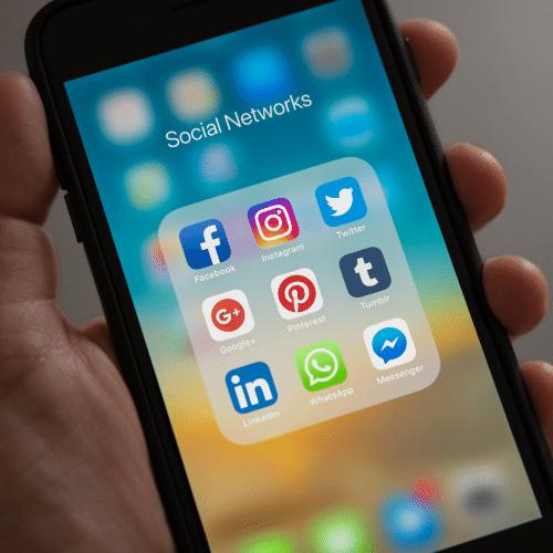 שיווק במדיה דיגיטלית- תמונה של לוגואים של רשתות חברתיות, גוגל ולינקדין
