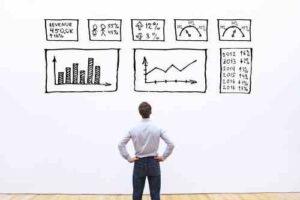 איש מסתכל על נתונים בגוגל אנליטיקס