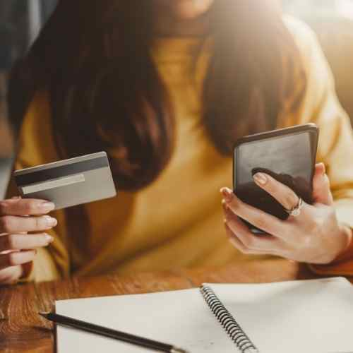 אתר ווקומרס בחורה מוציאה כרטיס אשראי